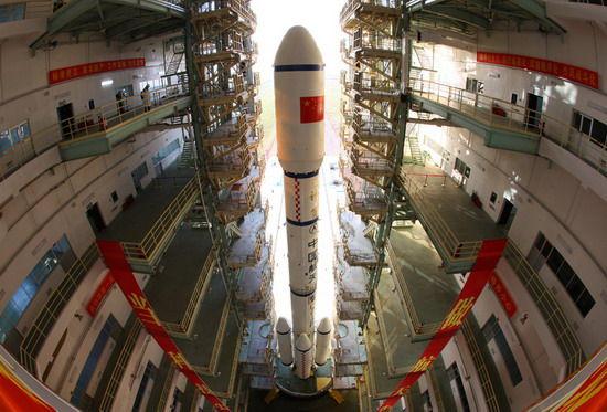 长征二F运载火箭组合体露出真容。  新华社记者秦宪安摄
