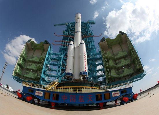 9月20日11时38分,发射塔架开始关闭,等到发射前40分钟才能打开。新华社记者秦宪安摄
