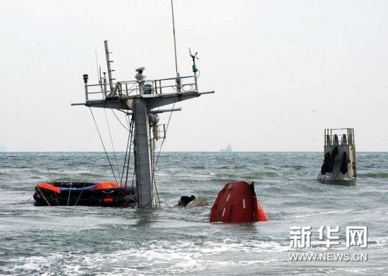 """10月29日,已经沉没的巴拿马籍货轮""""ORIENTAL SUNRISE""""轮桅杆顶部露出海面。新华社记者李紫恒摄"""