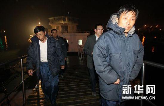 10月29日凌晨,撞船事故发生后,部分船员被及时转移上岸。