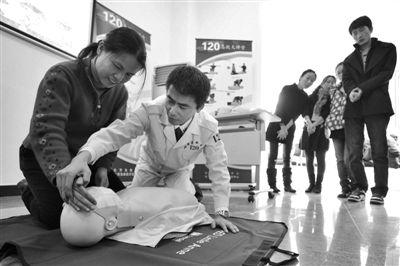 昨日,东城区和平里七区甲22号楼,999社区急救中心,急救人员正在教居民急救知识。本报记者 王嘉宁 摄