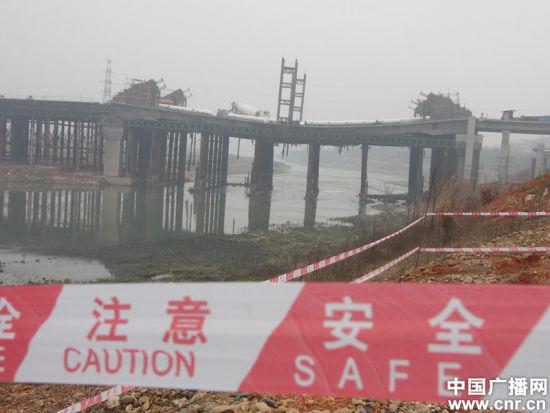 3月13日,湖南省娄底市涟水河大桥(三大桥)桥面发生断裂的事故现场拉起了警戒线。