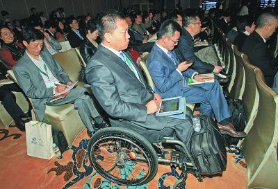 在轮椅上聆听发言 记者 金思柳 摄