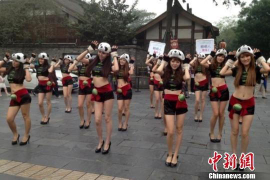30个符号身穿熊猫服成都街头玩快闪(图)女生带主流网名女孩非图片