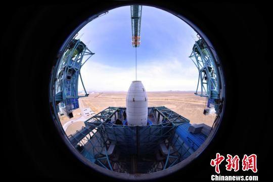 图为发射前夕,星箭对接完毕,发射塔架工作平台正在缓缓合拢。梁杰 摄 梁杰 摄