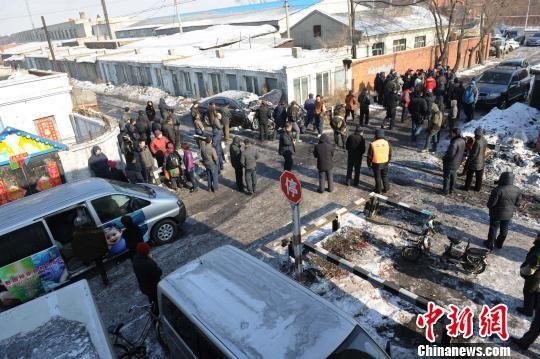 """2月21日中午12许时,哈尔滨市道外区联合街亚泰水泥厂走行线道口发生一起火车(货运列车)和一辆""""宝马""""轿车相撞事故,无人员伤亡。具体事故原因正在调查中。 刘长山 摄"""