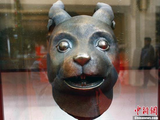 """图为2009年3月1日,在北京举行的""""圆明园十二生肖兽首""""(兔首仿制)展受到市民的关注。中新社 郑雄增 摄 图片来源:CNSPHOTO"""