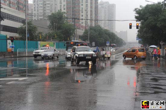 早上6时45分许,押送刘志军的囚车在多名警察的引导下驶入法院。闫昭 摄