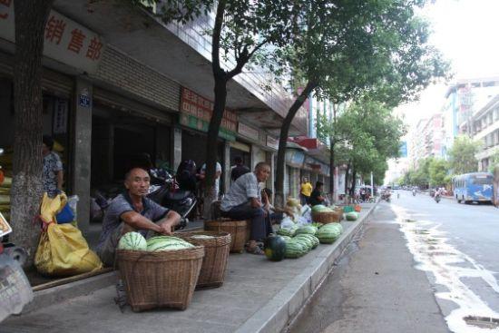 事发第二天,又有不少果农在解放路卖西瓜。(摄影/曹晓波)