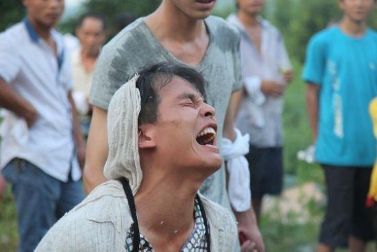 葬礼现场,邓正加的儿子邓青强痛哭不已。(摄影/曹晓波)