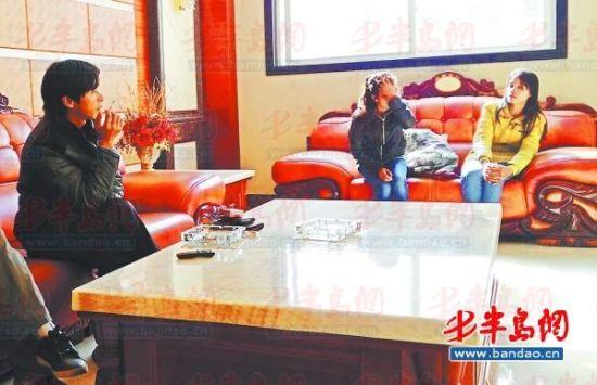鄱阳湖乡村大酒店内,两个本地男子带着两个外籍女子给记者