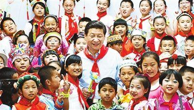 """时间:2013年5月29日 """"六一""""前夕地点:北京市少年宫在""""六一""""国际儿童节即将到来之际,习近平来到北京市少年宫"""