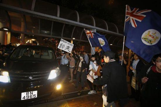 """3月20日,末代港督、现任牛津大学校监的彭定康,出席一个牛津大学与香港海事博物馆合办的活动时,被二、三十名市民及""""香港人优先""""的成员包围。"""