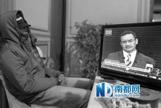 昨日,希沙姆丁(屏幕中)出席发布会。一名工作人员坐在直播监控的显示器旁睡着了。谭庆驹 摄