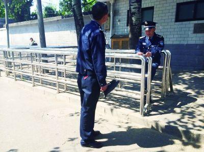今天上午,国家信访局人民来访接待室外,大部分用于排队的栅栏已经空了 摄/法制晚报记者 刘畅