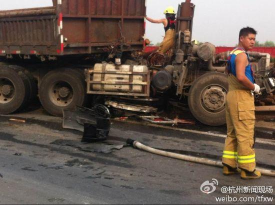 与奥迪车发生碰撞的车辆为安徽牌照大货车。图为事发现场。