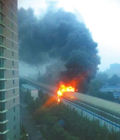 北京13号线地铁轨道下仓库起火引燃声屏障(图)