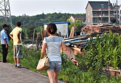 昨日,杭州余杭区一简易棚租房内的两名女孩死亡,几名市民在棚后围观。经警方勘查认定,两女孩系他杀。 新华社发