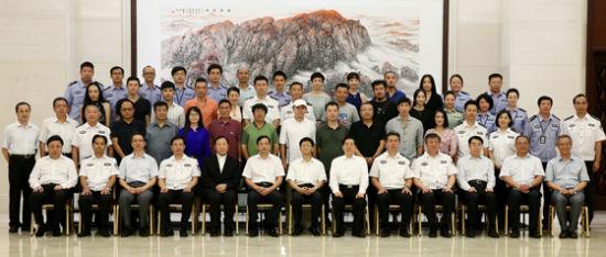 8月25日,中共中央政治局委员、中央政法委书记孟建柱在北京与电视连续剧《湄公河大案》主创人员座谈。