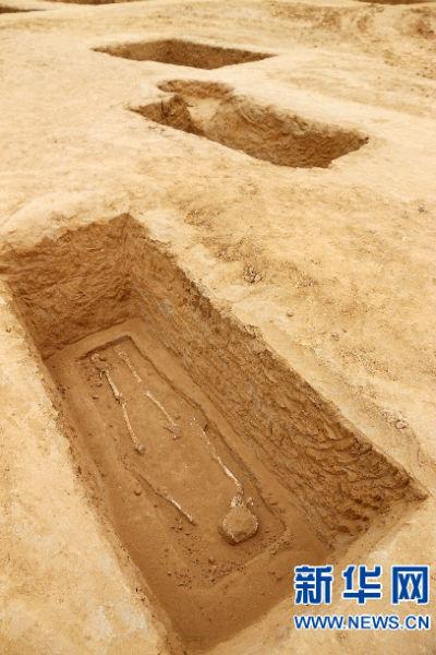 修建工地发觉大型墓葬区。