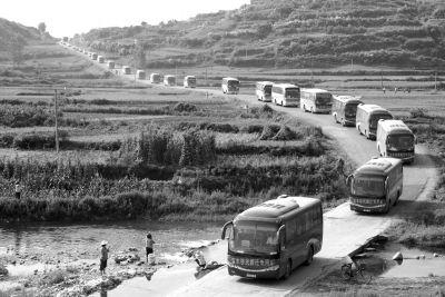 路上的移民车队。