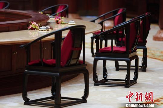 """图为北京雁栖湖国际会议中心集贤厅内由红酸枝打造的""""APEC椅""""。 王骏 摄"""