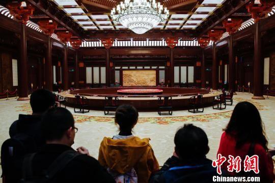 图为北京雁栖湖国际会议中心集贤厅内的木制家具。 王骏 摄