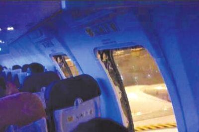 机舱内紧急出口被打开。微博图片
