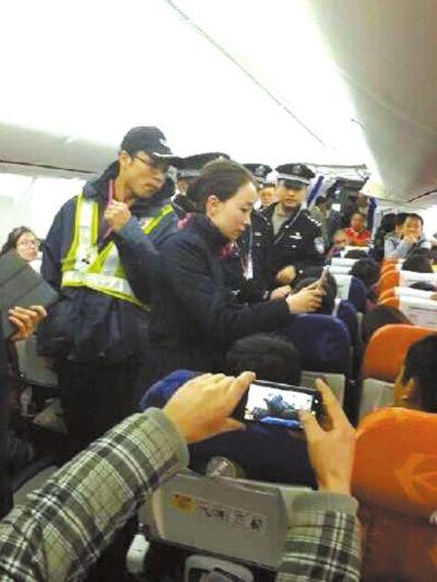警方登机调查。