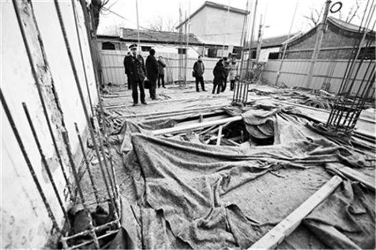 后毛家湾胡同一处四合院私挖地下室,房主的委托人表示三天内回填地下室 摄影/记者 袁艺