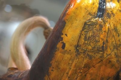 """3月3日,在匈牙利自然科学博物馆拍摄的僧人肉身宝像局部的资料照片,宝像上刻有一个""""佛""""字。  新华社发"""