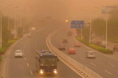 昨天,通州区通顺路上,强沙尘导致能见度低下,车辆早早开启了大灯。京华时报记者张斌摄