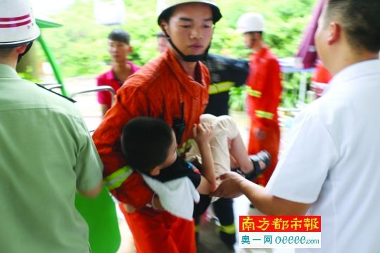 18日,江门市新会区古兜山的观光缆车遭雷击发生故障,消防官兵在现场将一名被困男童救出。江门新会消防大队供图