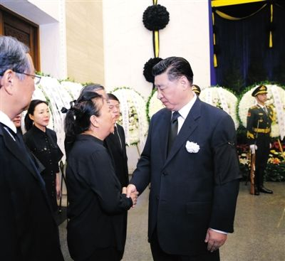 昨日,万里同志遗体在北京八宝山革命公墓火化,习近平与万里亲属握手,表示深切慰问。