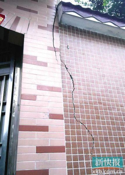 夏良村一户居民家中的墙体发生开裂,虽然事主曾经用水泥缝补过,但是裂缝仍然不断变大。