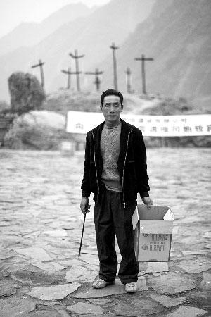 村民震后谋生之路:守望废墟出售记忆