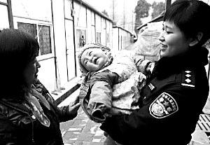 给灾区婴儿喂奶女警:我不像外界想象那样