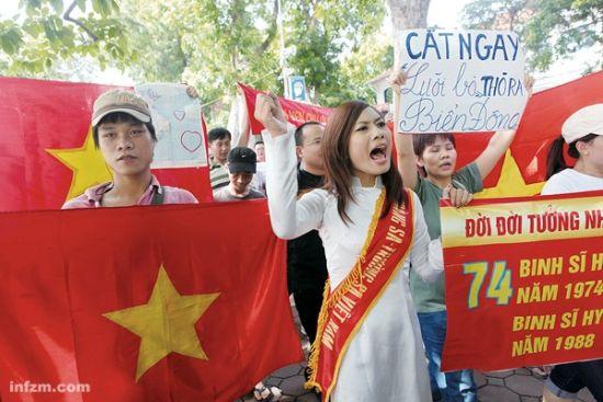 8月14日,河内中国使馆前,6月以来第十次 反华游行正在进行。 (南方周末记者 翁洹/图)