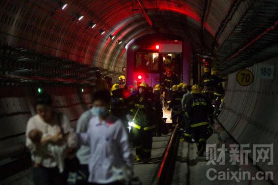 9月27日,上海地铁10号线因信号故障,两列列车追尾。车上共计800多名乘客,有271人送院就诊检查。Liu Xingzhe/CFP