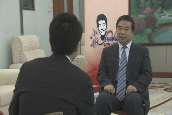 撒贝宁在采访民政部副部长窦玉沛