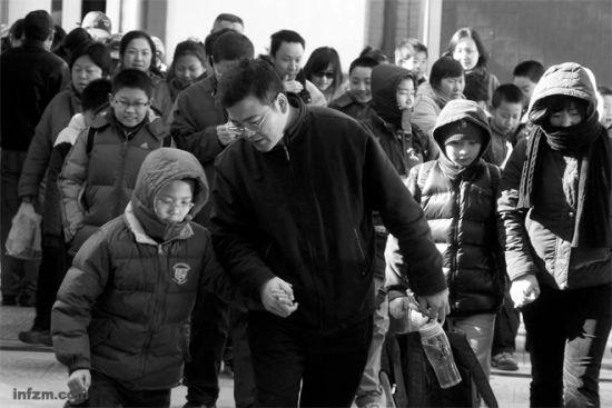 """北京""""小升初""""的家长们带着自己小学六年级的孩子,在寒风中奔波于多个名校的""""占坑班""""。 (CFP/图)"""