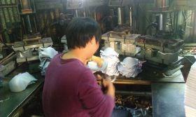 12月9日,汕头市陈店镇某内衣厂的工人正在裁剪文胸。图/记者华剑