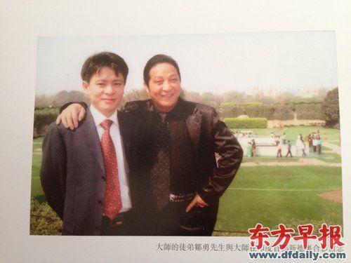 邹勇(左)与王林合影。早报记者 黄芳 翻拍