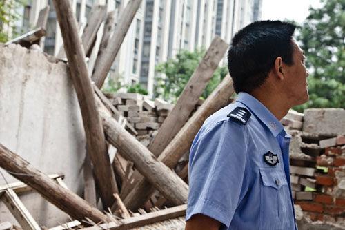 王辉站在被强拆的院子前面。图片由受访者提供