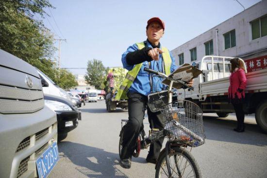 申凯的父亲申向党白天在商业区看停车场,他用这种全神贯注的工作来转移丧子之痛
