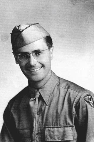 """""""二战""""时一身戎装的沙博理(摄于1944年)"""