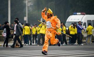 2014北京国际马拉松:选手各色扮相来参赛