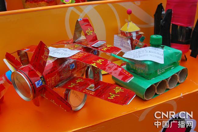 少年儿童利用废物制作的玩具图片
