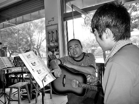 爱心老师教北川学生弹吉他 非但不收钱还送了