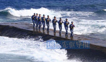 在南沙群岛永曙礁上巡逻的中国海军士兵。新华社